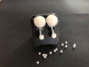 スワロと羊毛のイヤリング